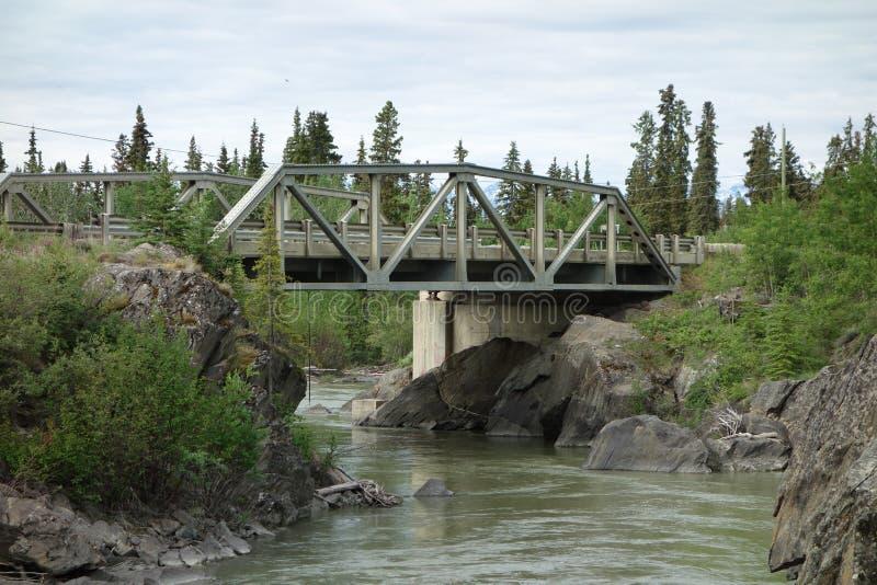 Eine Brücke, die einen großen Fluss überspannt lizenzfreie stockfotografie
