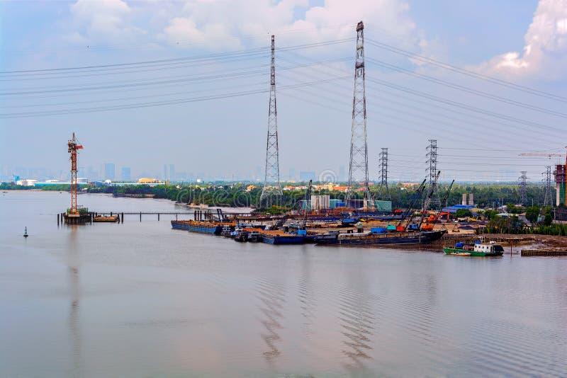 Eine Brücke im Bau über dem Saigon-Fluss lizenzfreies stockbild