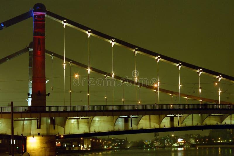 Eine Brücke nachts stockbild