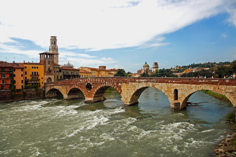 Eine Brücke in Verona stockfotos