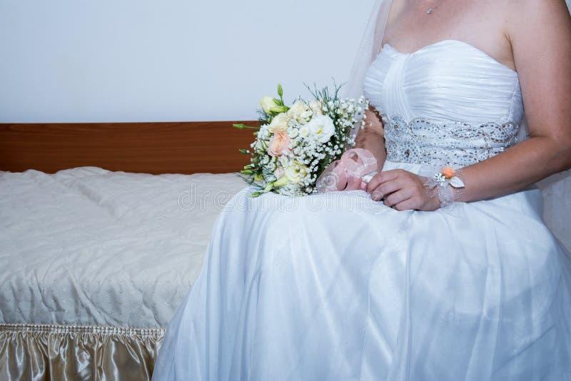 Eine Braut, die einen schönen Blumenstrauß hält lizenzfreies stockbild
