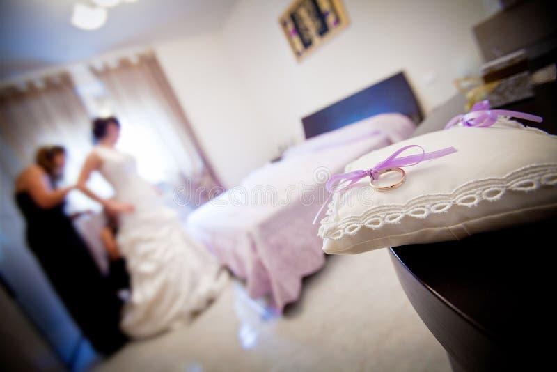 Eine Braut, die während ihres Hochzeitstags sich vorbereitet. lizenzfreies stockfoto