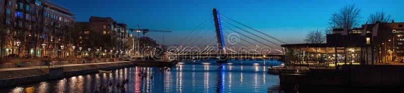 Eine breite Abendansicht über einen von Helsinki-Bezirken stockbilder