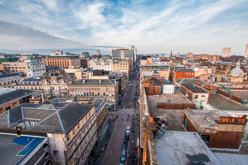 Eine breite Ansicht, die unten auf einer Straße, Gebäuden und Dachspitzen im Glasgow-Stadtzentrum, Schottland, Vereinigtes Königr stockbilder