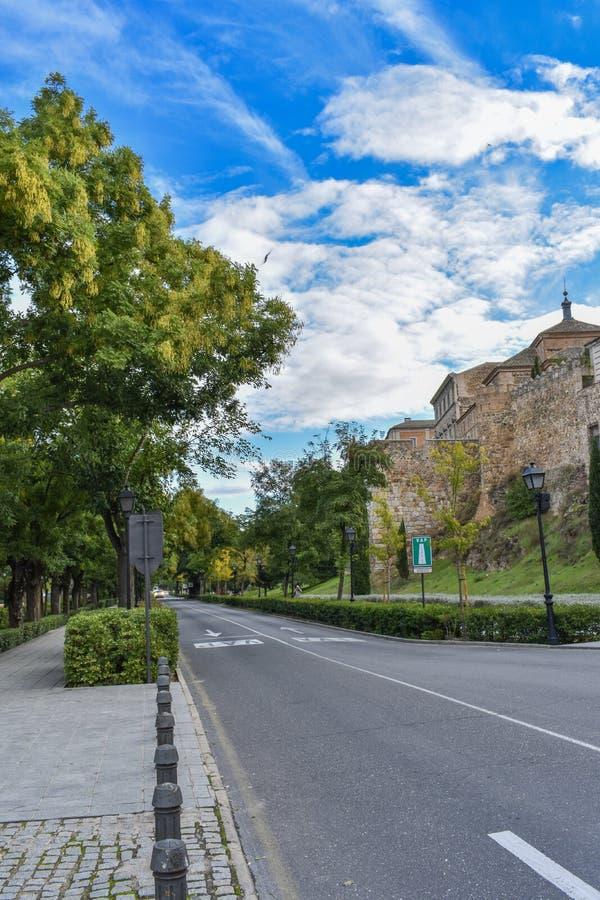 Eine breite Straße außerhalb Toledos, Spanien stockbilder