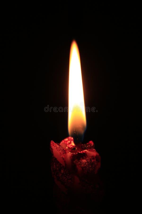 Eine brennende Kerze in der Dunkelheit stockfoto