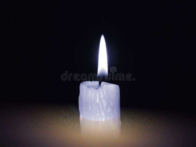 Eine brennende Kerze im Dunkeln Schwarzgelber Hintergrund Weißes graues Brennen der Kerze realistischer Satz stockbild