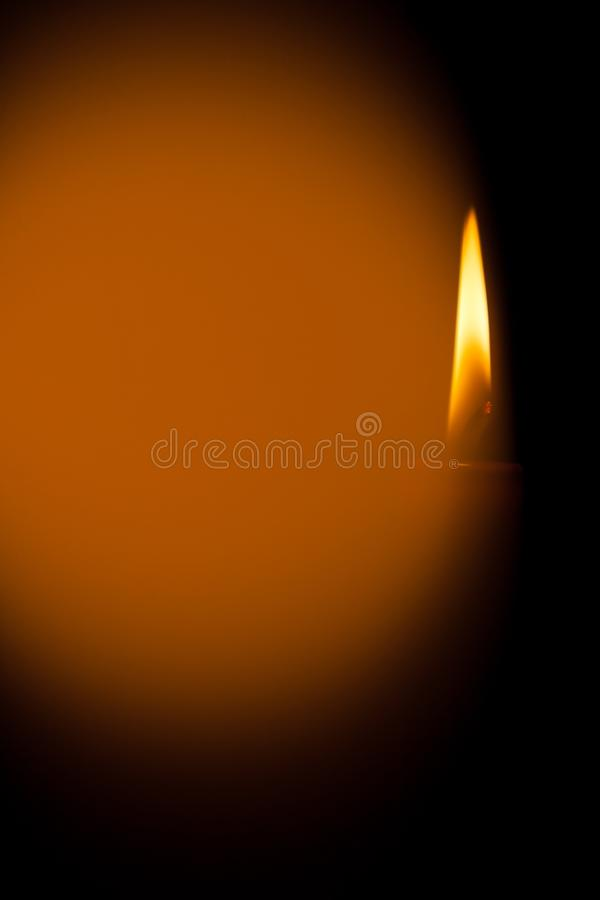 Eine brennende Kerze nachts Symbol des Lebens, der Liebe und des Lichtes, des Schutzes und der Wärme Kerzenflamme, die auf einen  lizenzfreie stockfotos