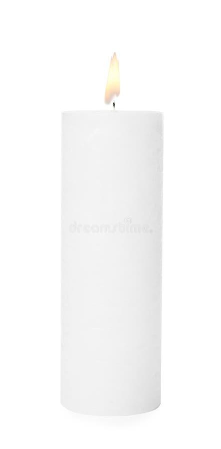 Eine brennende Wachskerze auf Weiß stockbilder