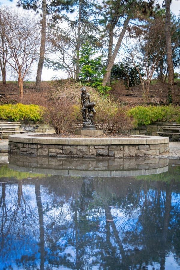 Eine Bronzestatue dieser berühmten Jugend, Peter Pan, bei Carl Schurz Park in New York City, NY, USA stockbild