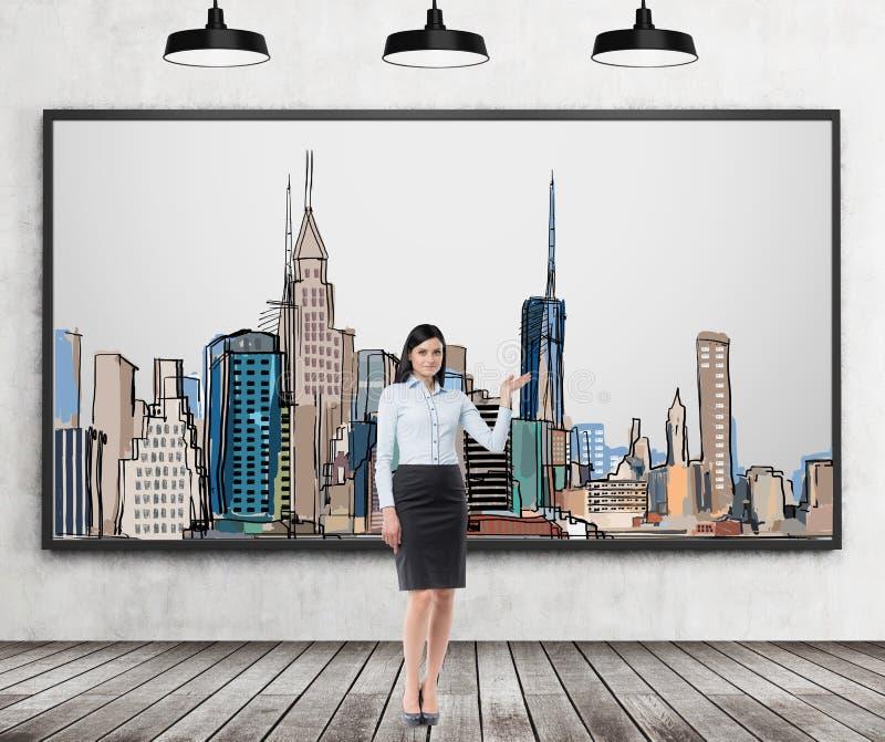 Eine Brunettedame unterstreicht das Bild von New York City auf der Wand Bretterboden, Betonmauer und schwarzes Decke drei ligh lizenzfreie abbildung