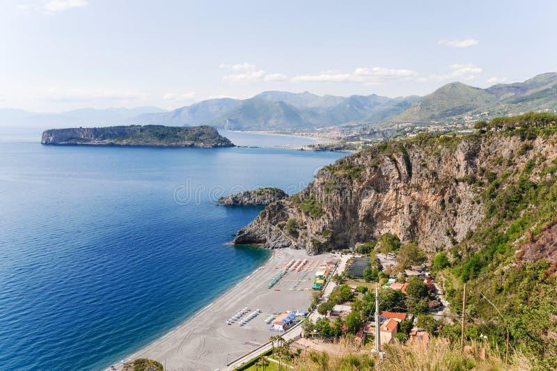 Eine Bucht von San Nicola Arcella nahe dem arcomagno, südlich von Italien stockfotos