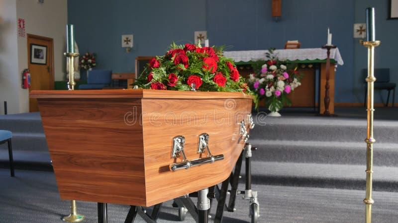 Eine bunte Schatulle in einem Leichenwagen oder Kapelle vor Begräbnis oder Beerdigung am Kirchhof lizenzfreies stockbild