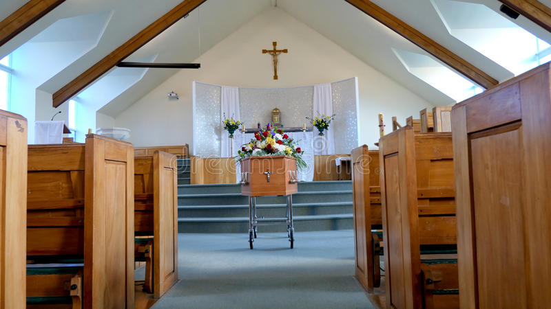 Eine bunte Schatulle in einem Leichenwagen oder Kirche vor Begräbnis stockbilder