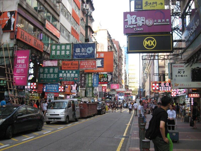 Eine bunte verkehrsreiche Straße in Mongkok, Hong Kong lizenzfreie stockfotografie