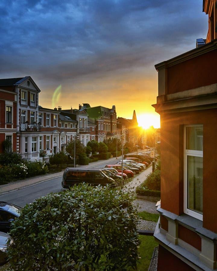 Eine charmante Straße im Sonnenschein in der Altstadt von Schwerin, Deutschland lizenzfreie stockfotos