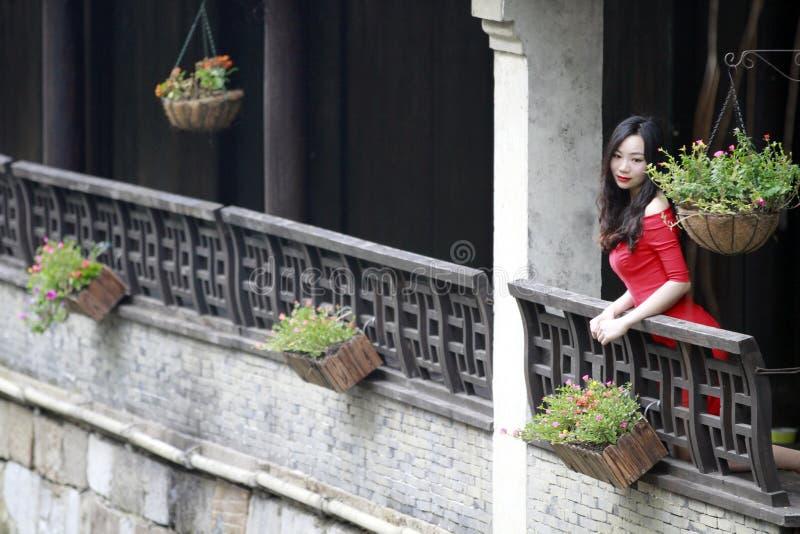 Eine Chinesin im roten Kleid in alter Stadt Feng Jings lizenzfreies stockfoto