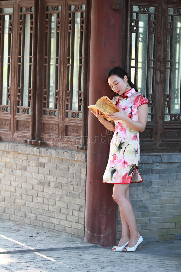 Eine Chinesin trägt Cheongsam im Wasserpark von Shanghai lizenzfreie stockfotos