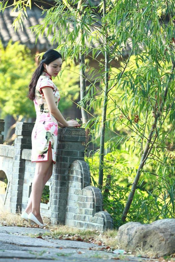 Eine Chinesin trägt Cheongsam im Wasserpark von Shanghai lizenzfreies stockfoto