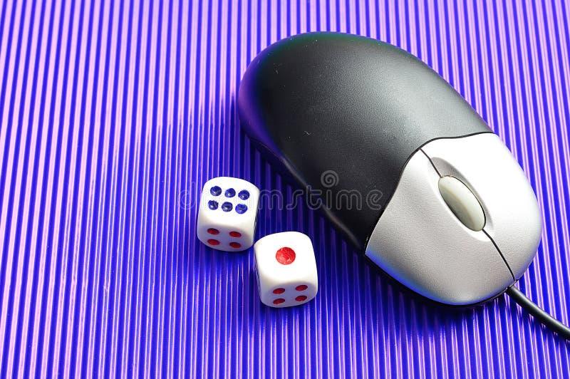 Eine Computermaus und würfelt das Darstellen online spielen lizenzfreies stockbild