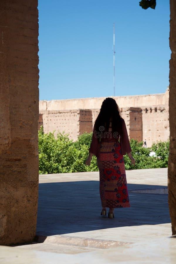 Eine Dame im Schatten eines marokkanischen Palastes stockfoto