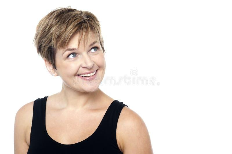 Eine Dame mit einem unterhaltenen Blick auf ihrem Gesicht lizenzfreie stockfotos