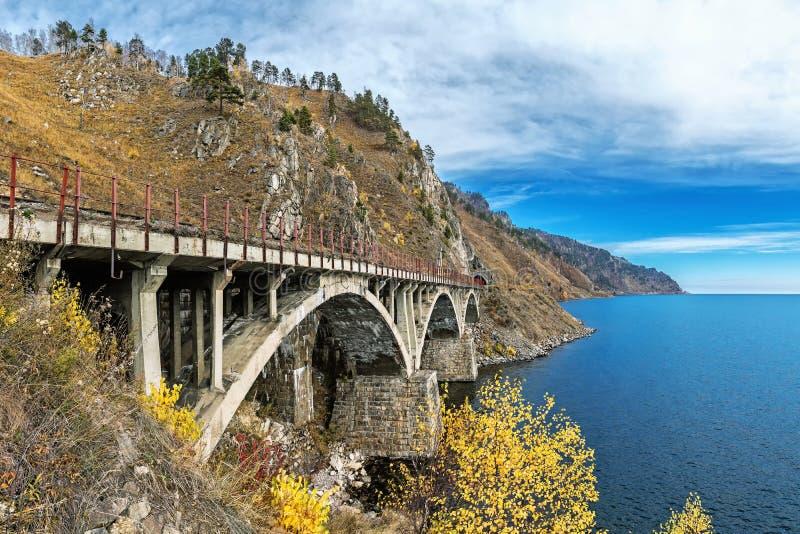 Eine der Brücken auf Circum-Baikal-Eisenbahn lizenzfreie stockfotos