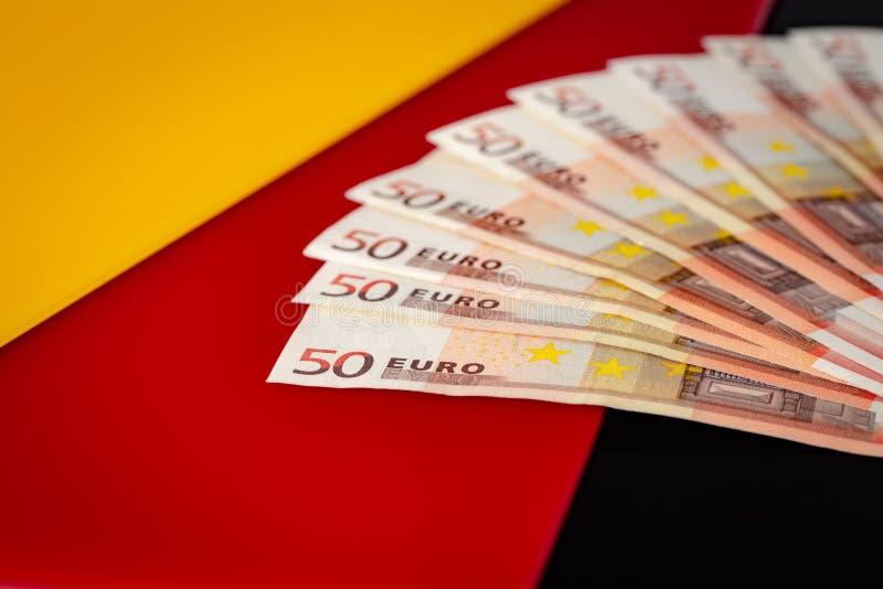 Eine deutsche Flagge mit Euroeuro banknoten/50 lizenzfreie stockbilder