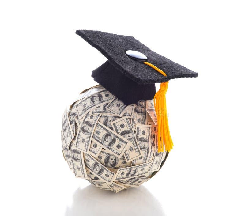 Eine Doktorhut auf einem Ball von hundert Dollarscheinen, welche die hohen Kosten einer Hochschulbildung darstellen lizenzfreie stockfotos