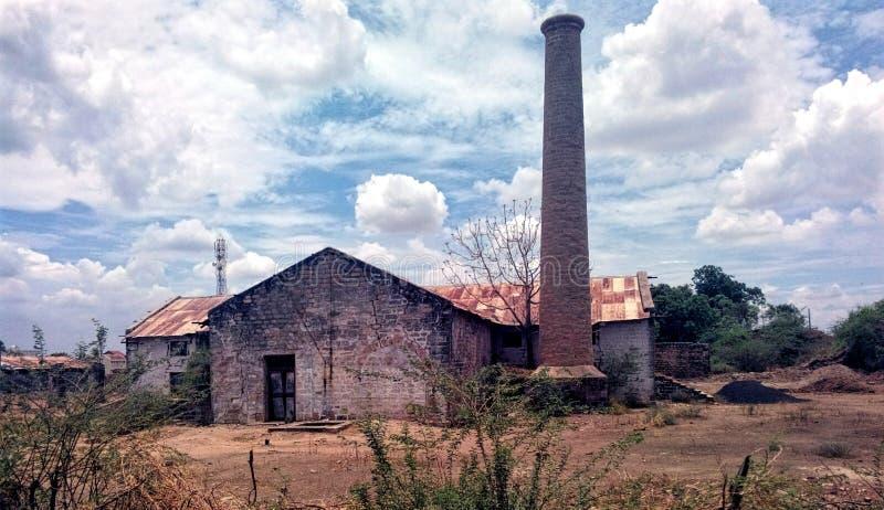 eine Dorflandschaft mit Fabrikumwelt stockbild