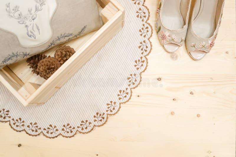 Eine Draufsicht von Kegeln eines runden Spitzeteppichs, -kissens und -kiefer im Holz stockfoto