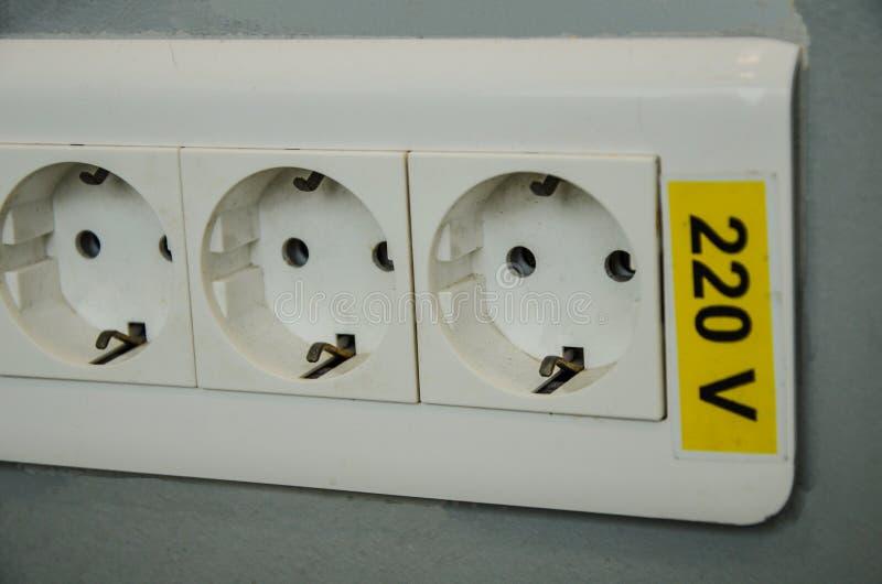 Eine dreifache Wandsteckfassung, 220 v, elektrisches Symbol lizenzfreies stockfoto