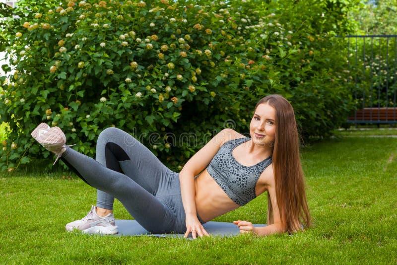 Eine dunkelhaarige Frau, die Sportübung tut lizenzfreie stockfotografie