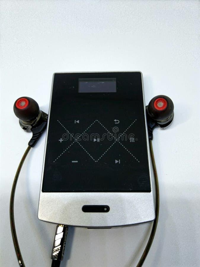 Eine einfache Audioeinrichtung enthält von den Ohrtelefonen, vom Musikspieler und vom Verstärker lizenzfreies stockfoto