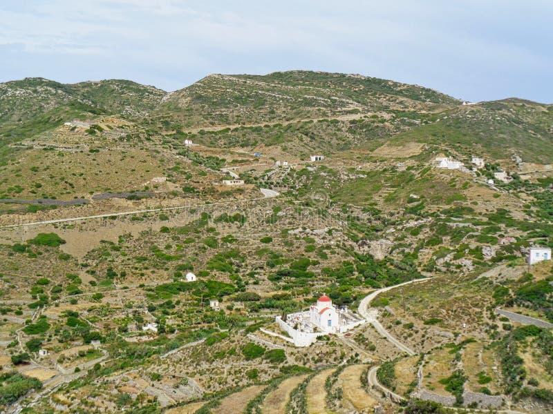 eine einsame Kapelle in den Griechenland-Bergen am Sommer stockfotos