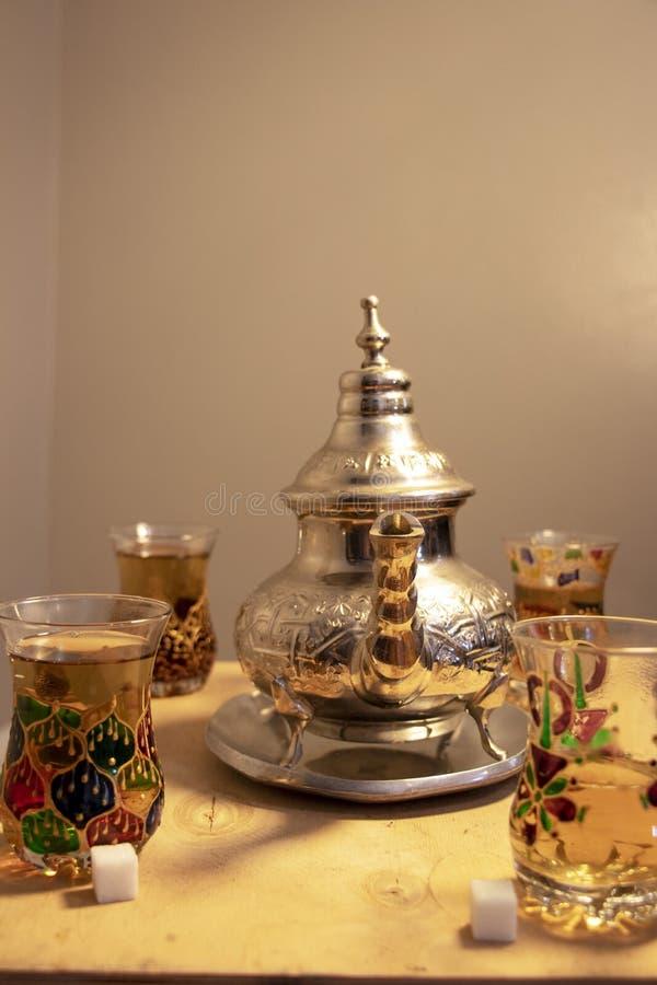 Eine Einstellung des tadellosen Tees für vier stockbilder
