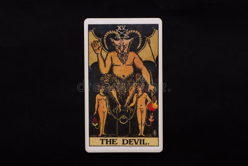 Eine einzelne bedeutende Arcanatarockkarte lokalisiert auf schwarzem Hintergrund Der Teufel lizenzfreies stockbild