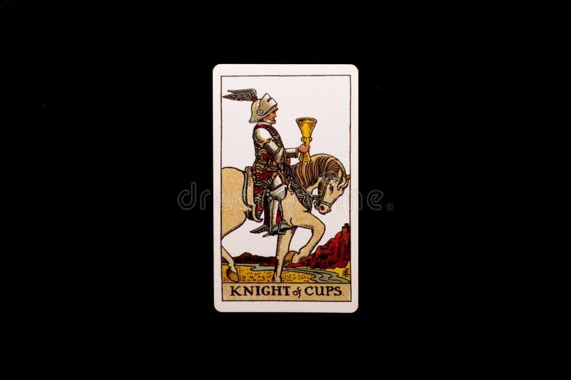 Eine einzelne geringe Arcanatarockkarte lokalisiert auf schwarzem Hintergrund Ritter von Schalen lizenzfreies stockbild