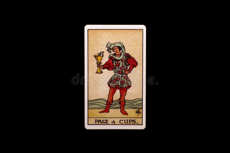 Eine einzelne geringe Arcanatarockkarte lokalisiert auf schwarzem Hintergrund Seite von Schalen stockfotografie