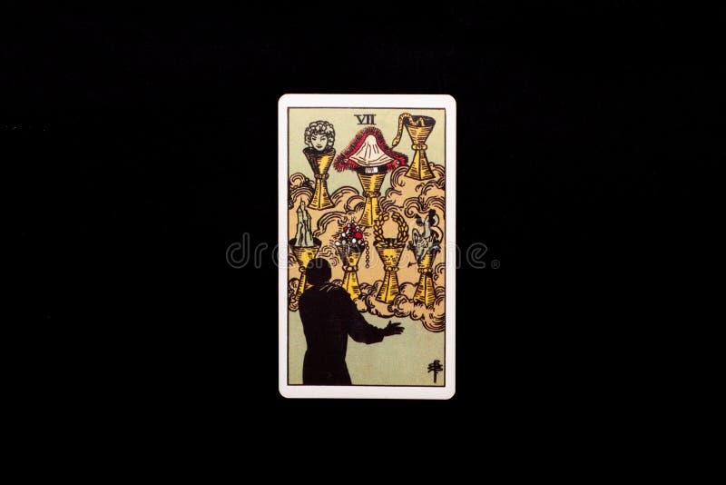 Eine einzelne geringe Arcanatarockkarte lokalisiert auf schwarzem Hintergrund Sieben von Schalen lizenzfreies stockfoto