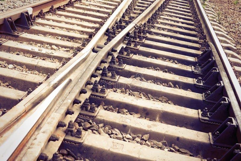 Eine Eisenbahn im Monochrom Ein Paar, welches die Leuchte, Leistung oder Eroberung darstellend anh?lt getont lizenzfreies stockfoto