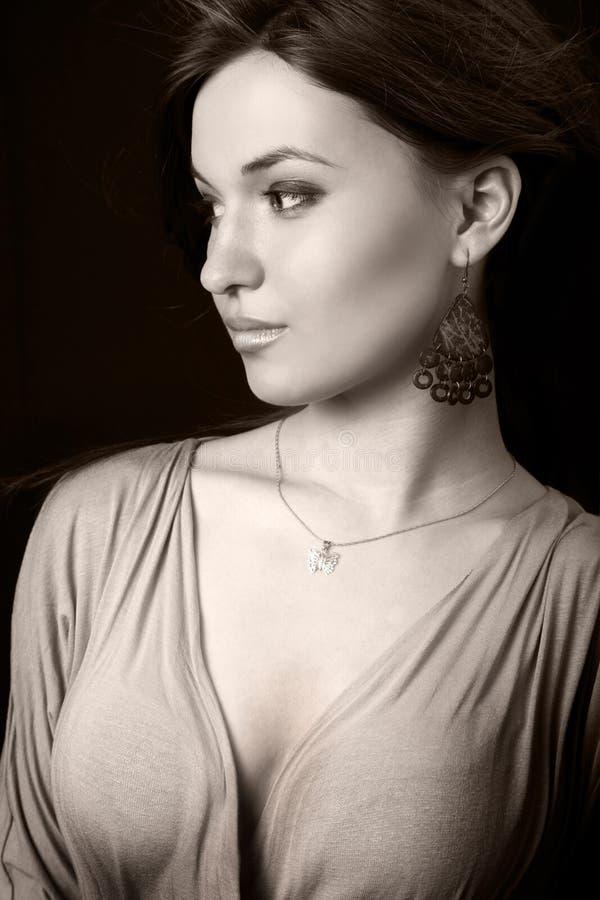 Eine elegante reizvolle schöne junge Frau stockbild
