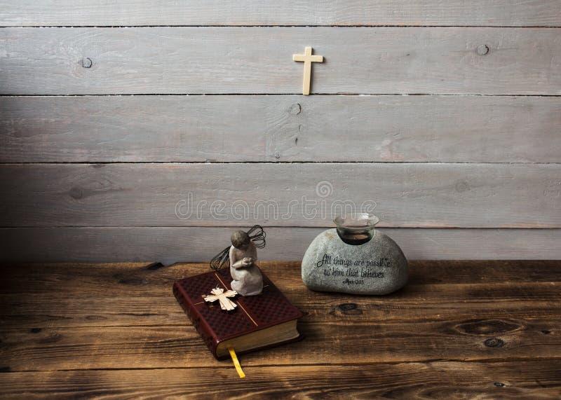 Eine Engelsbibel und -kreuz lizenzfreie stockbilder