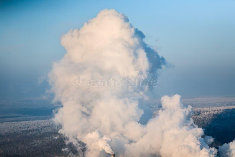 Eine enorme Dampfwolke ausgestoßen von der Kokerei lizenzfreie stockfotografie