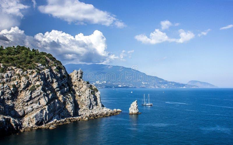 Eine epische Ansicht von der Spitze des Berges zu den Felsen und des endlosen Meeres, die Schönheit der Natur lizenzfreie stockbilder