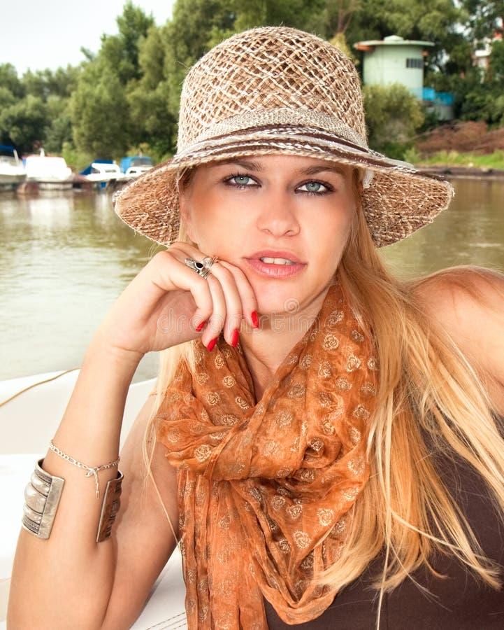 Eine erstaunlich schöne junge blondy Frau stockfotos