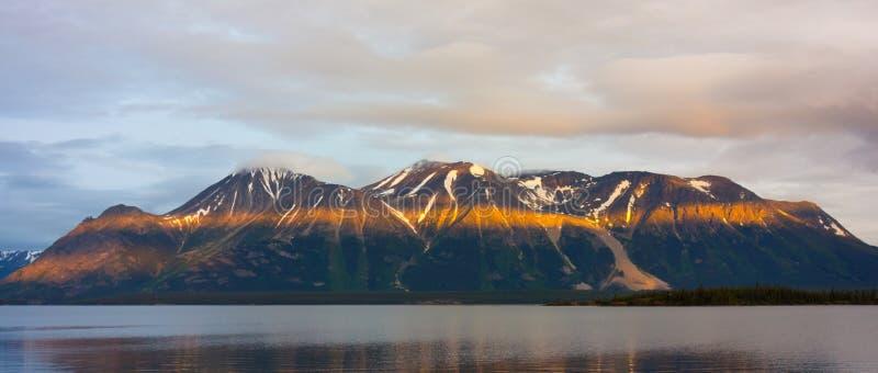 eine erstaunliche Ansicht von einem ruhigen See in Nordbritisch-Kolumbien stockfoto