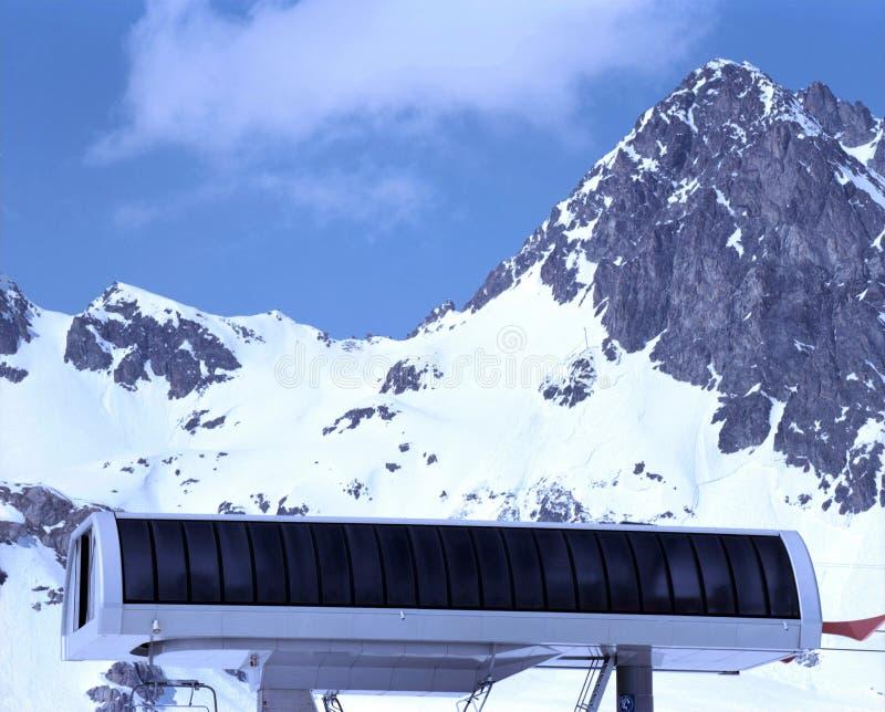 Eine erstaunliche Ansicht von Schweizer Alpen und von Skiaufzug- und schneebedecktenbergen lizenzfreie stockfotografie