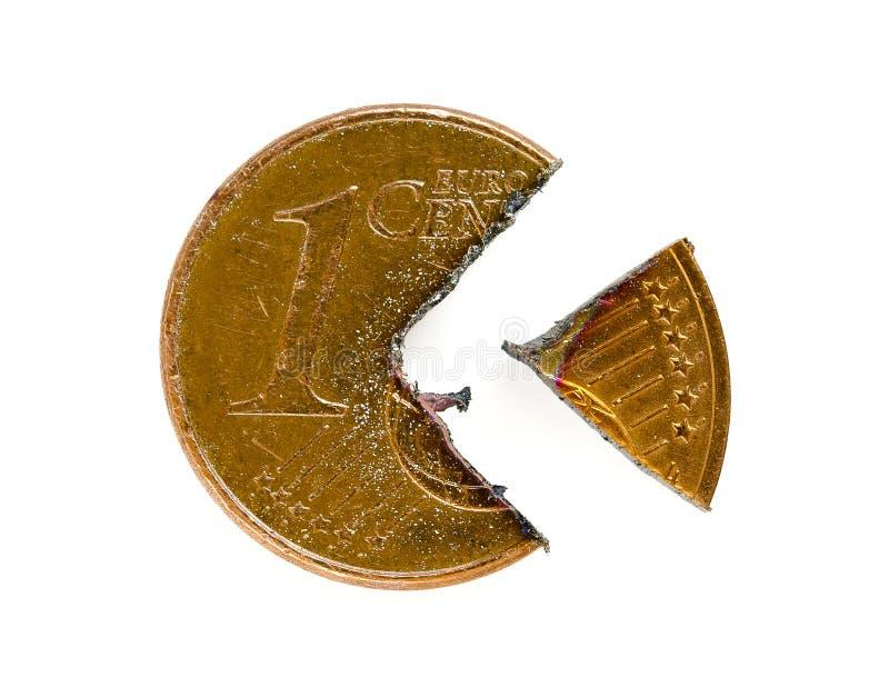 Eine Euro-Cent-Münze schnitt in Stücke stockbild