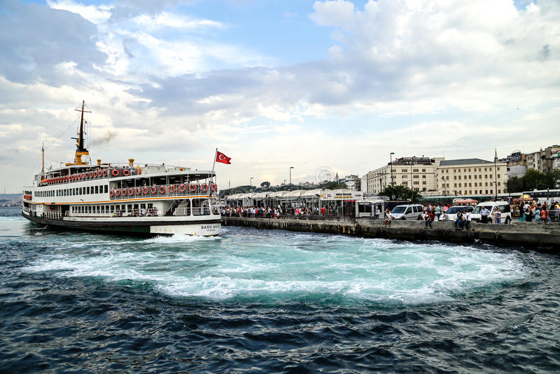 Eine Fährüberfahrt die Bosphorus-Straße, von der europäischen Seite zur asiatischen Seite, Istanbul, die Türkei lizenzfreie stockfotos